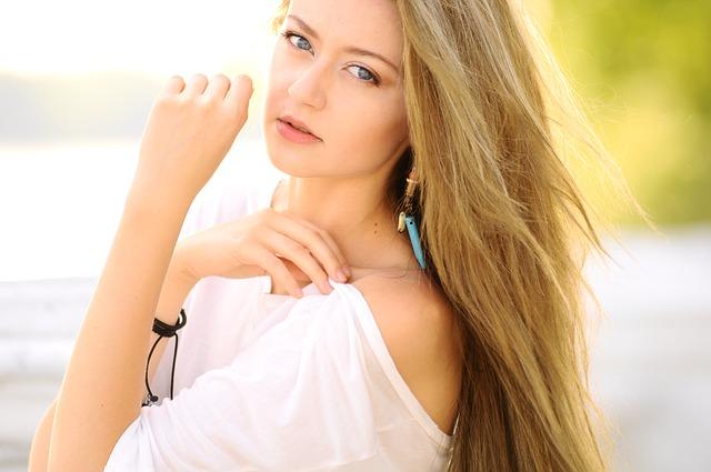 Jak dbać o syntetyczne włosy na mikroskórze